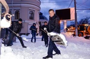 Одесситы расчищают город от снега. На уборку вышло руководство Юракадемии