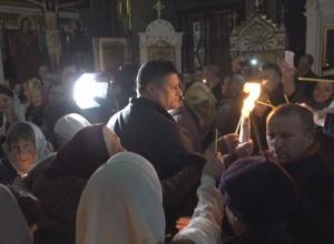 Около полуночи делегация во главе с городским головой Андреем Абрамченко привезли в Измаил Благодатный огонь и развезли его по всем церквям